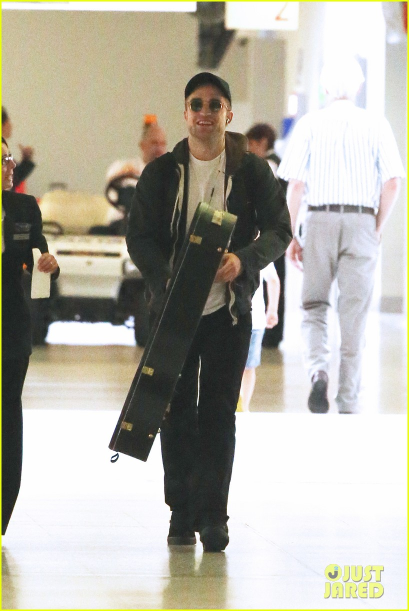 robert pattinson brings his guitar to melbourne 03