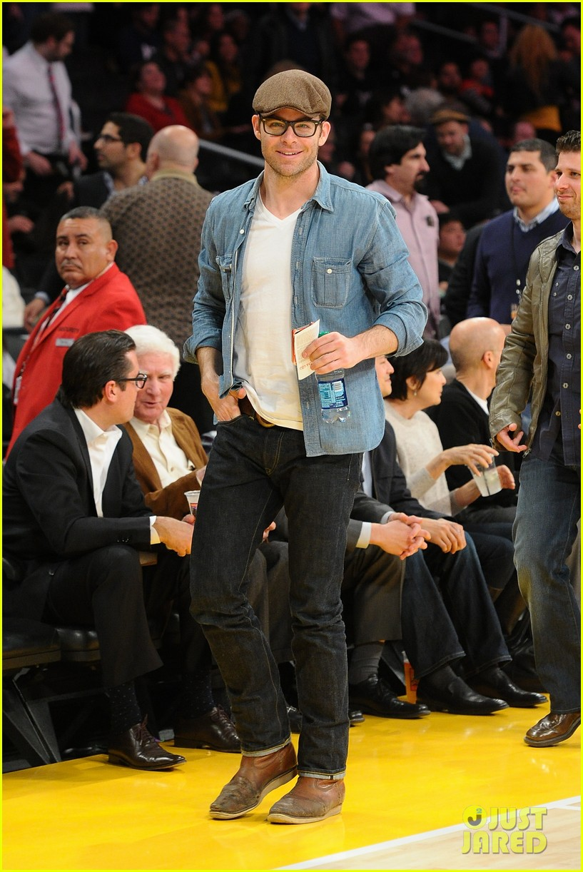 chris pine lakers game night 02