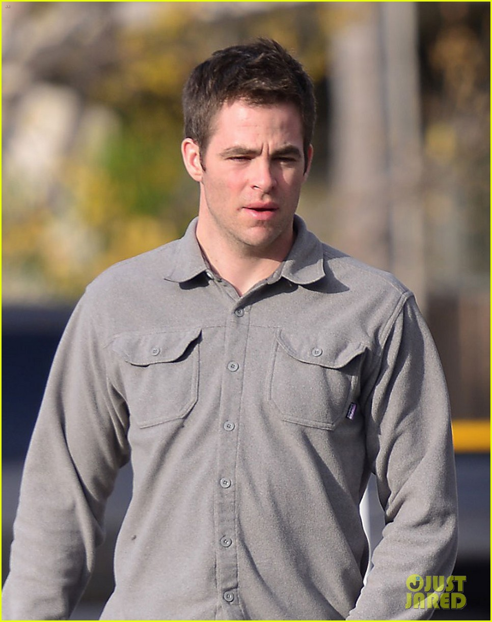 chris pine gas station 01