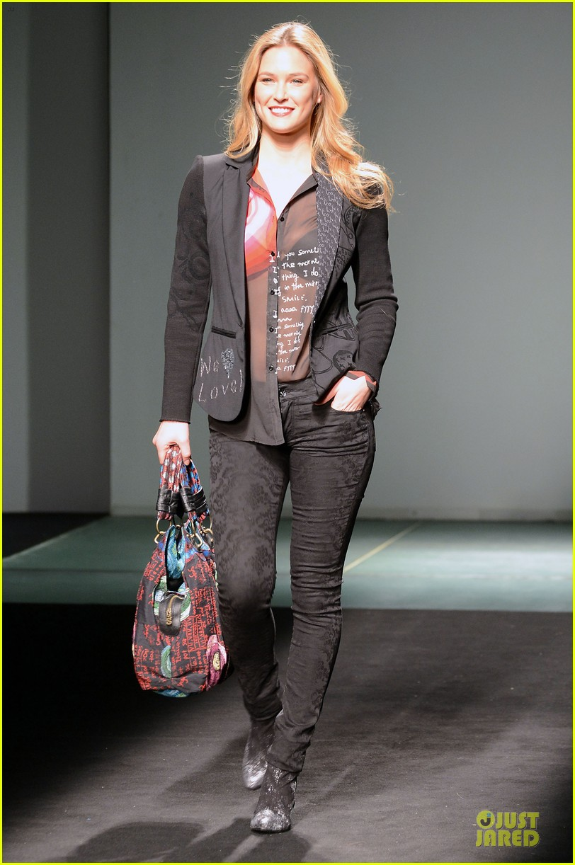 bar refaeli barcelona fashion week runway model 03