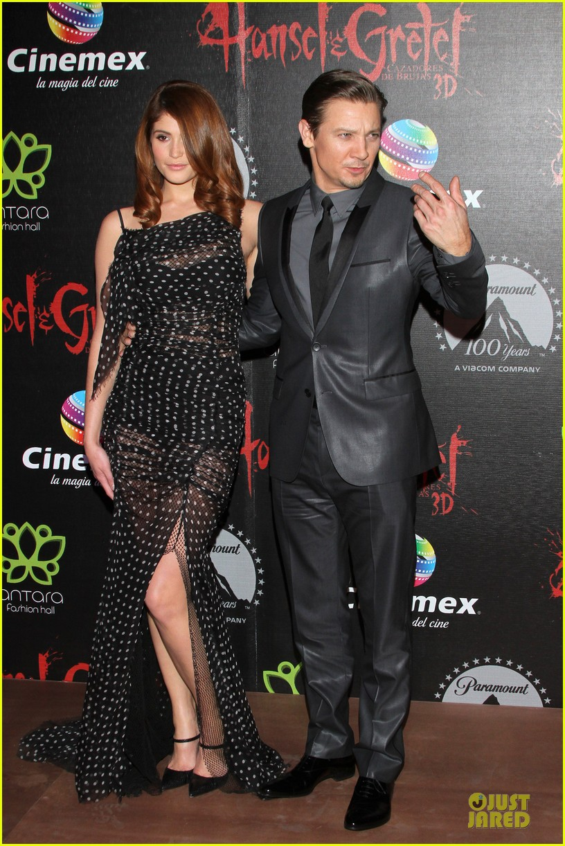 jeremy renner & gemma arterton hansel and gretel witch hunters mexican premiere 09