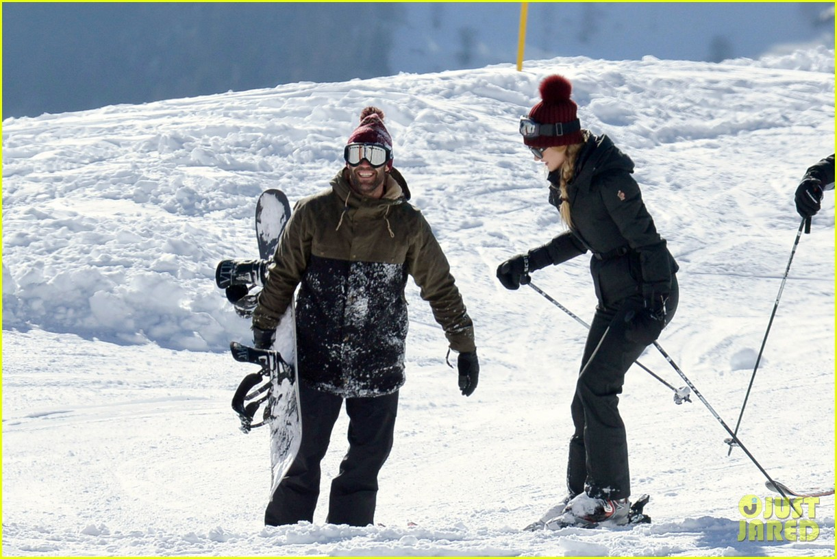 rosie huntington whiteley jason statham ski slope kisses 02