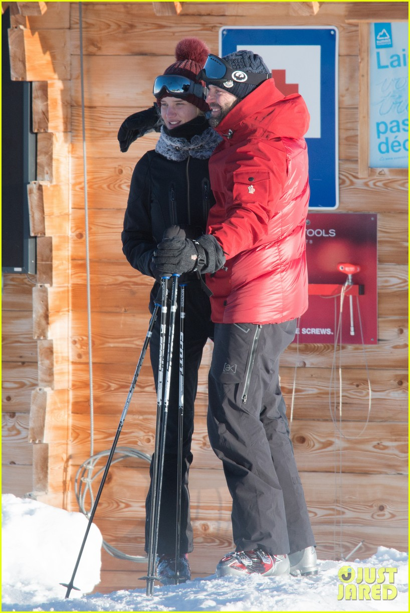 rosie huntington whiteley jason statham ski slope kisses 04
