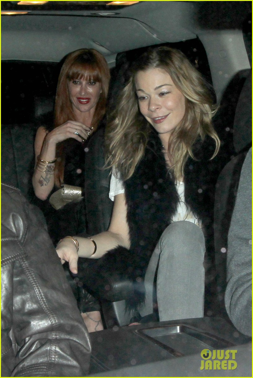 leann rimes barefoot in backseat 022785660