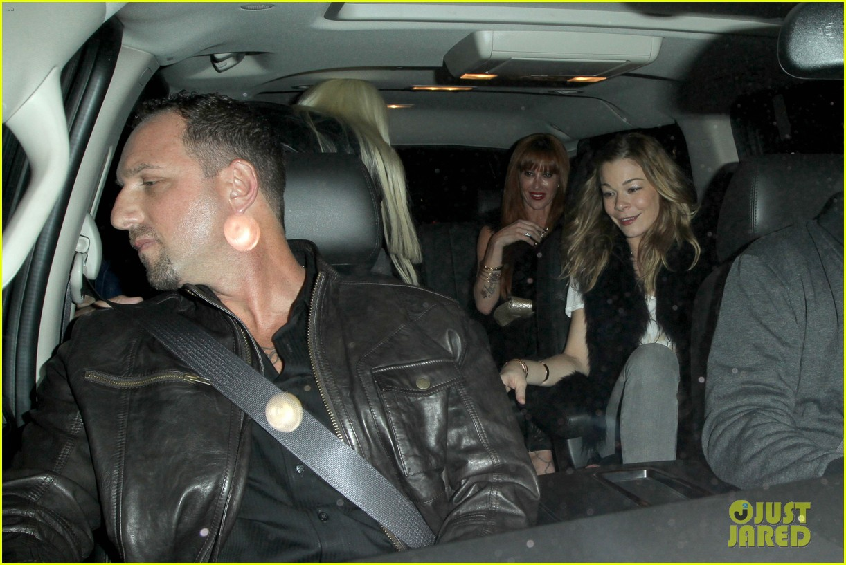 leann rimes barefoot in backseat 06