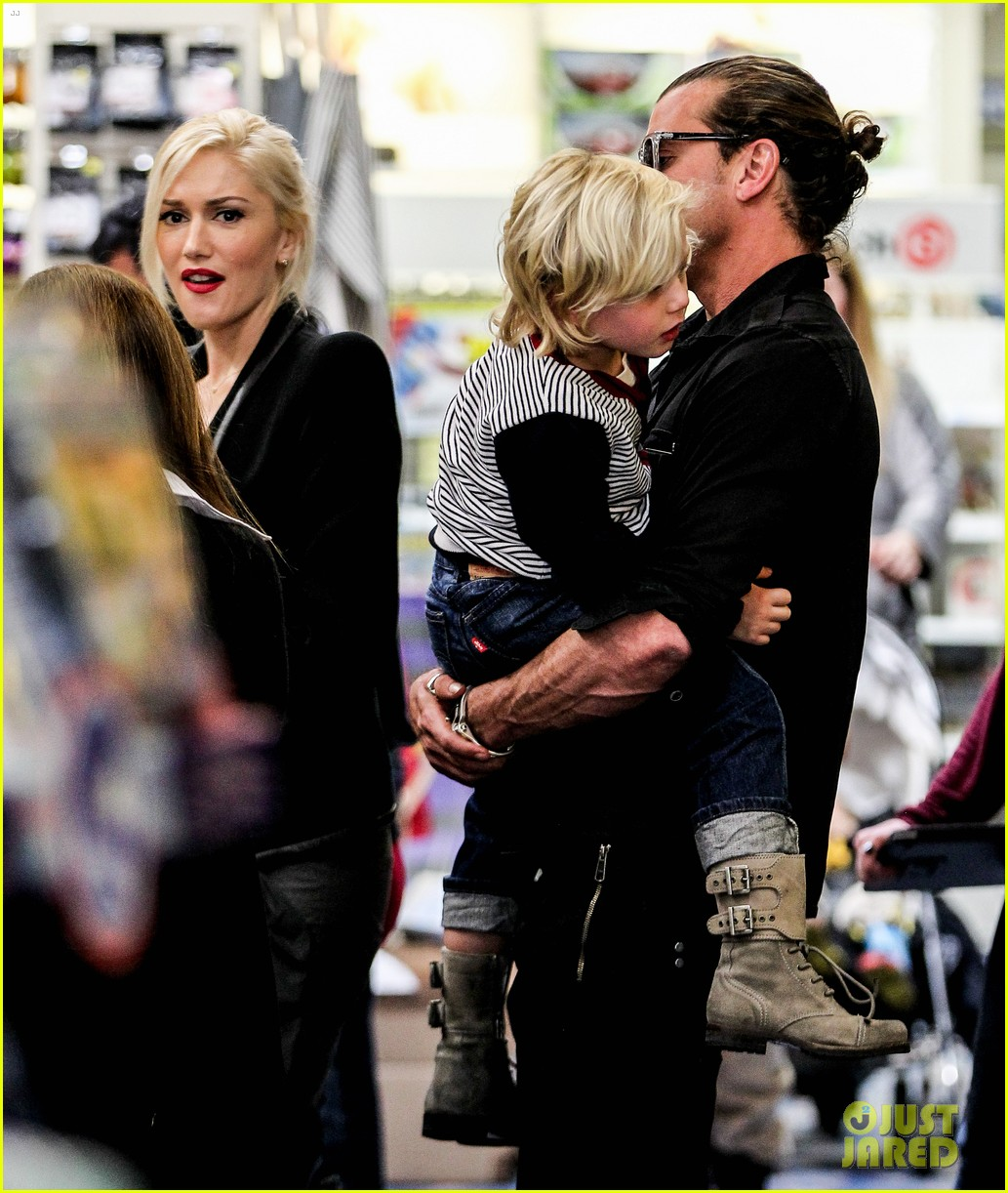 gwen stefani gavin rossdale toy shopping with the kids 04