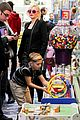 gwen stefani gavin rossdale toy shopping with the kids 17