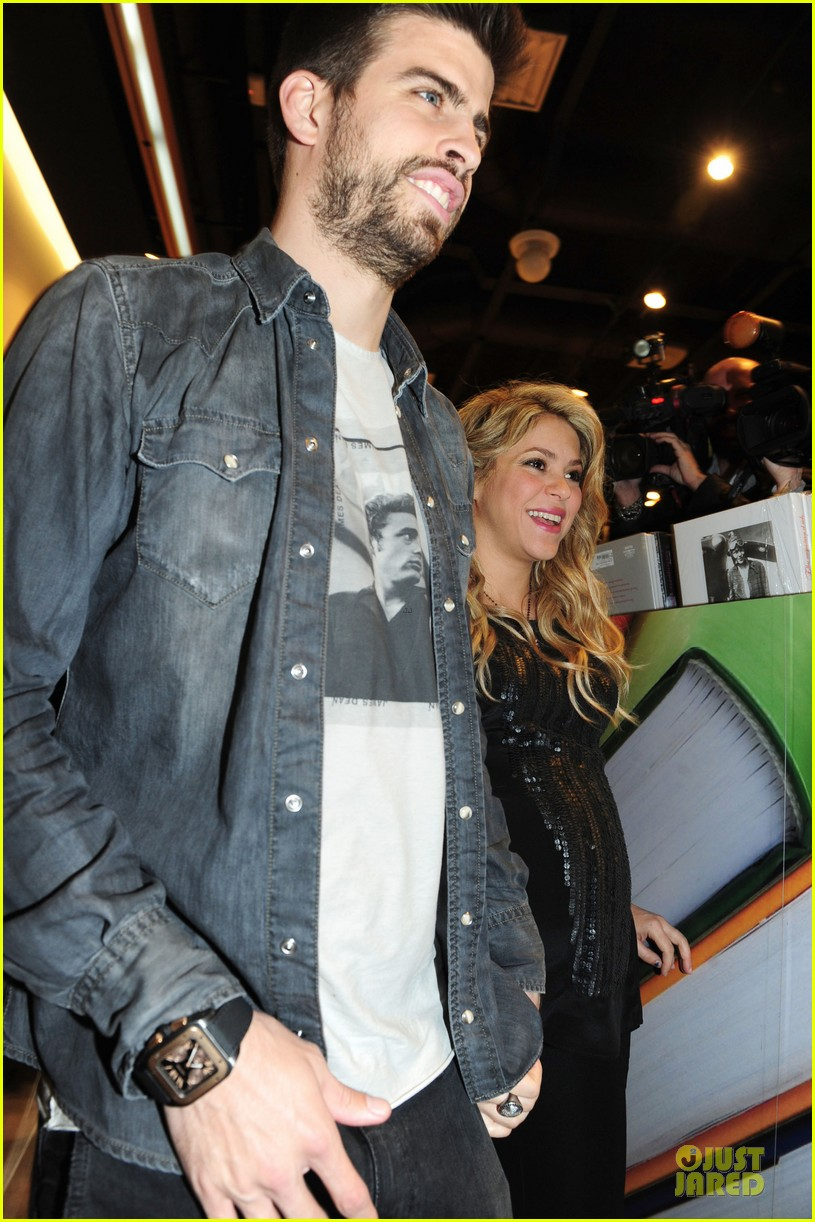 shakira gerard pique the wind and random book presentation 092792485