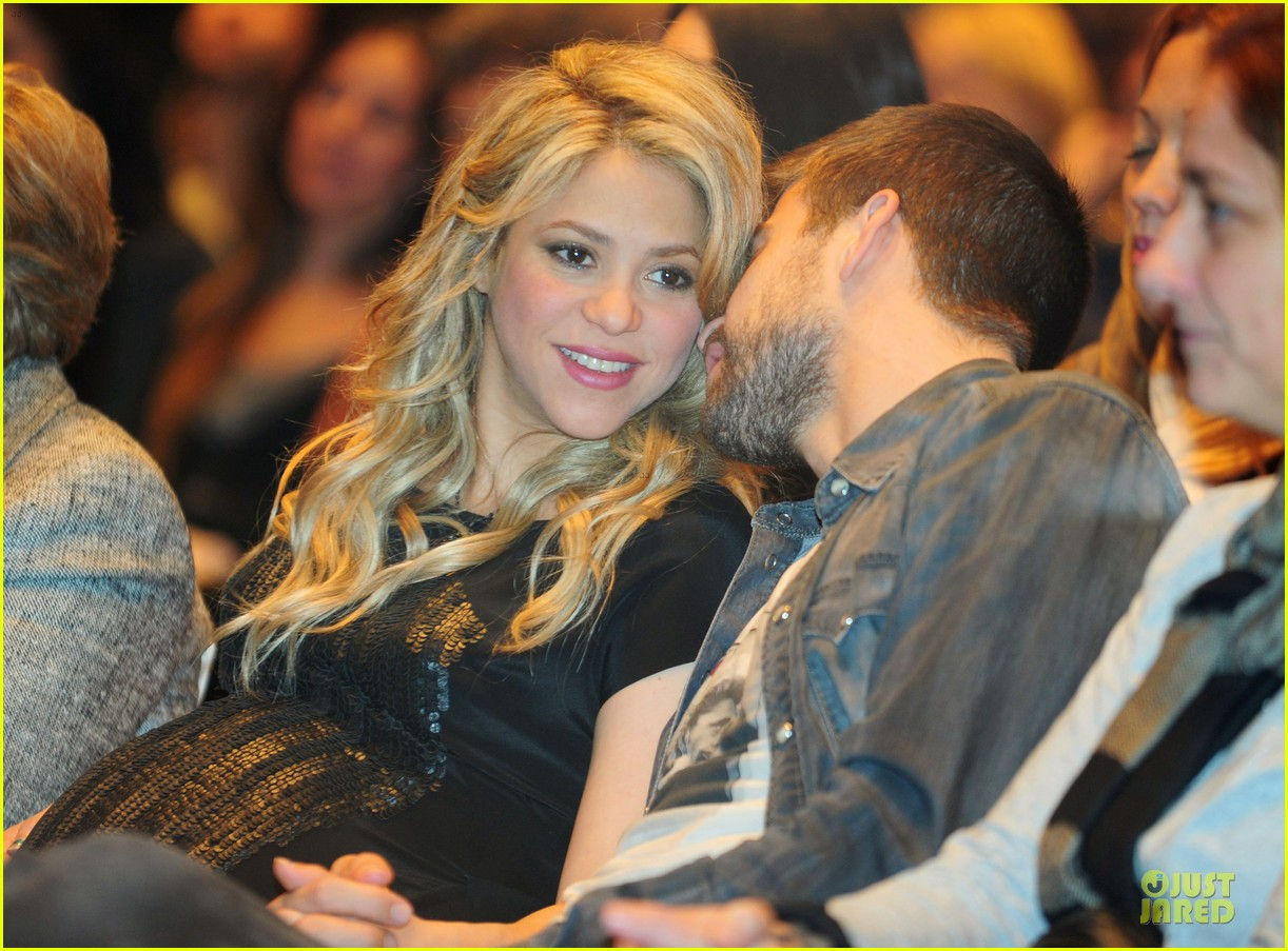 shakira gerard pique the wind and random book presentation 21