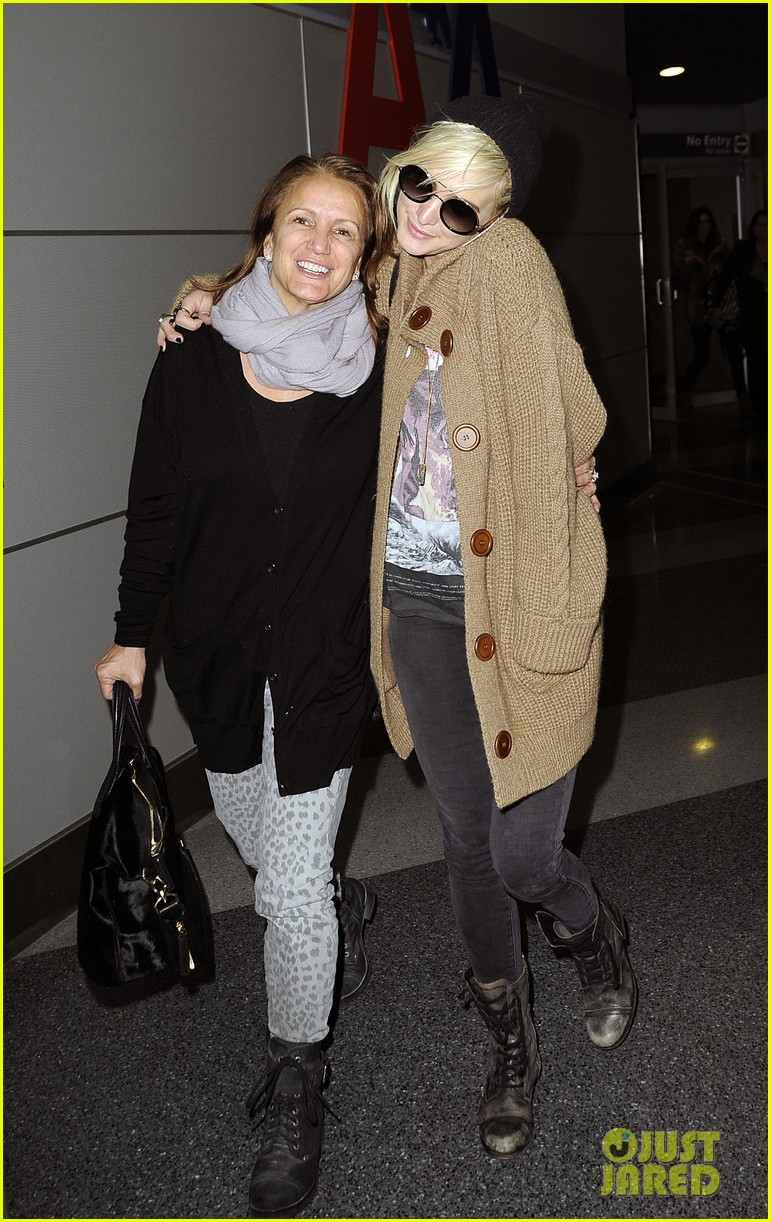 ashlee simpson jfk hugs for mom tina 032784214