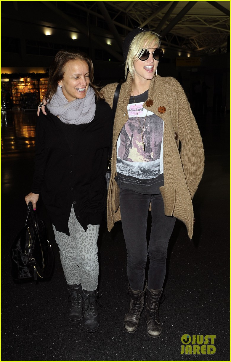 ashlee simpson jfk hugs for mom tina 08