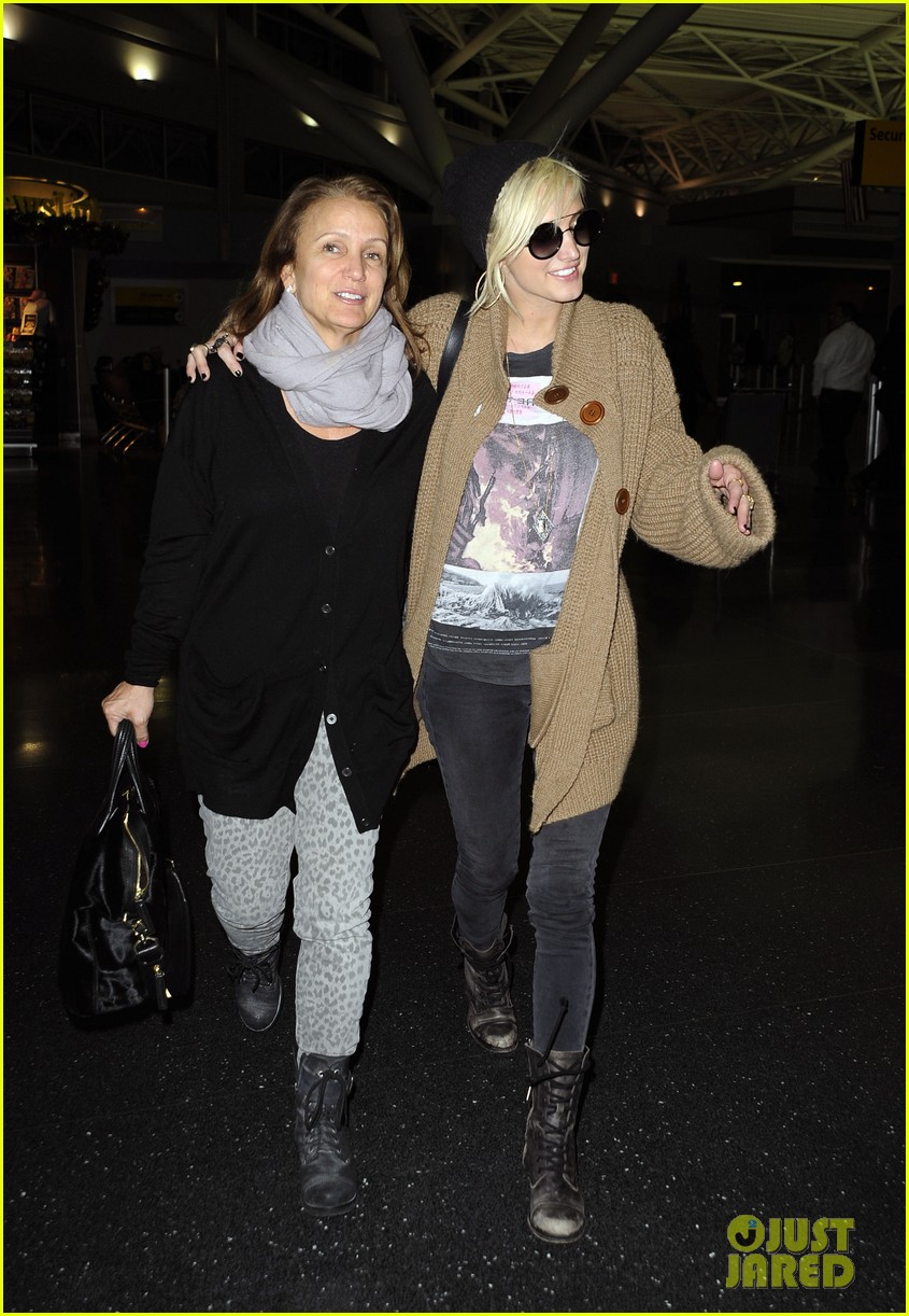 ashlee simpson jfk hugs for mom tina 10