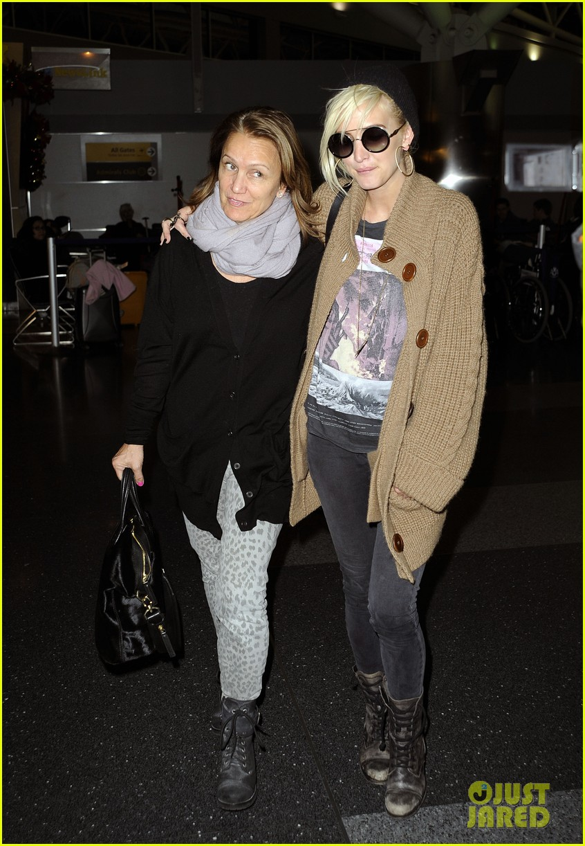 ashlee simpson jfk hugs for mom tina 112784222