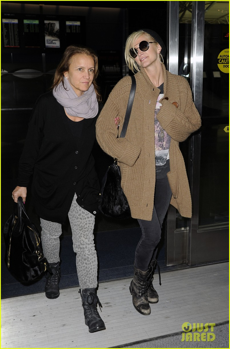 ashlee simpson jfk hugs for mom tina 182784229