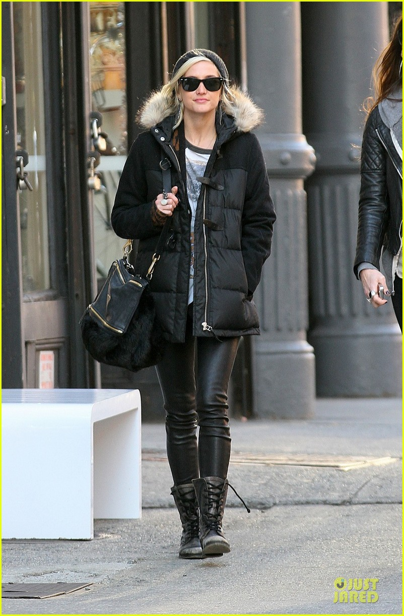 ashlee simpson soho stroll with a gal pal 01