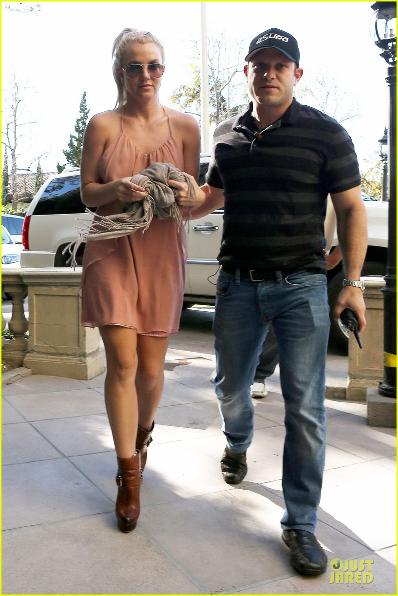 britney spears escorted lunch in los angeles hotel 012794838