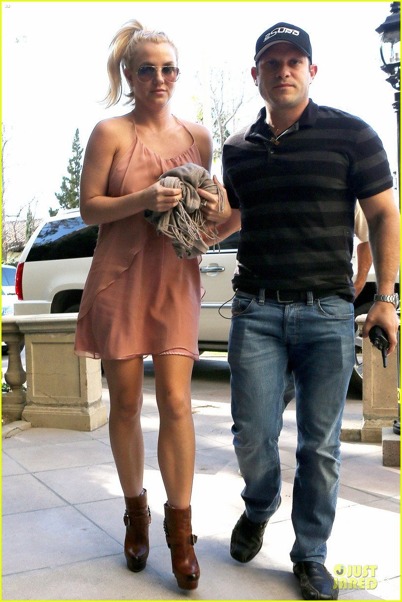 britney spears escorted lunch in los angeles hotel 15