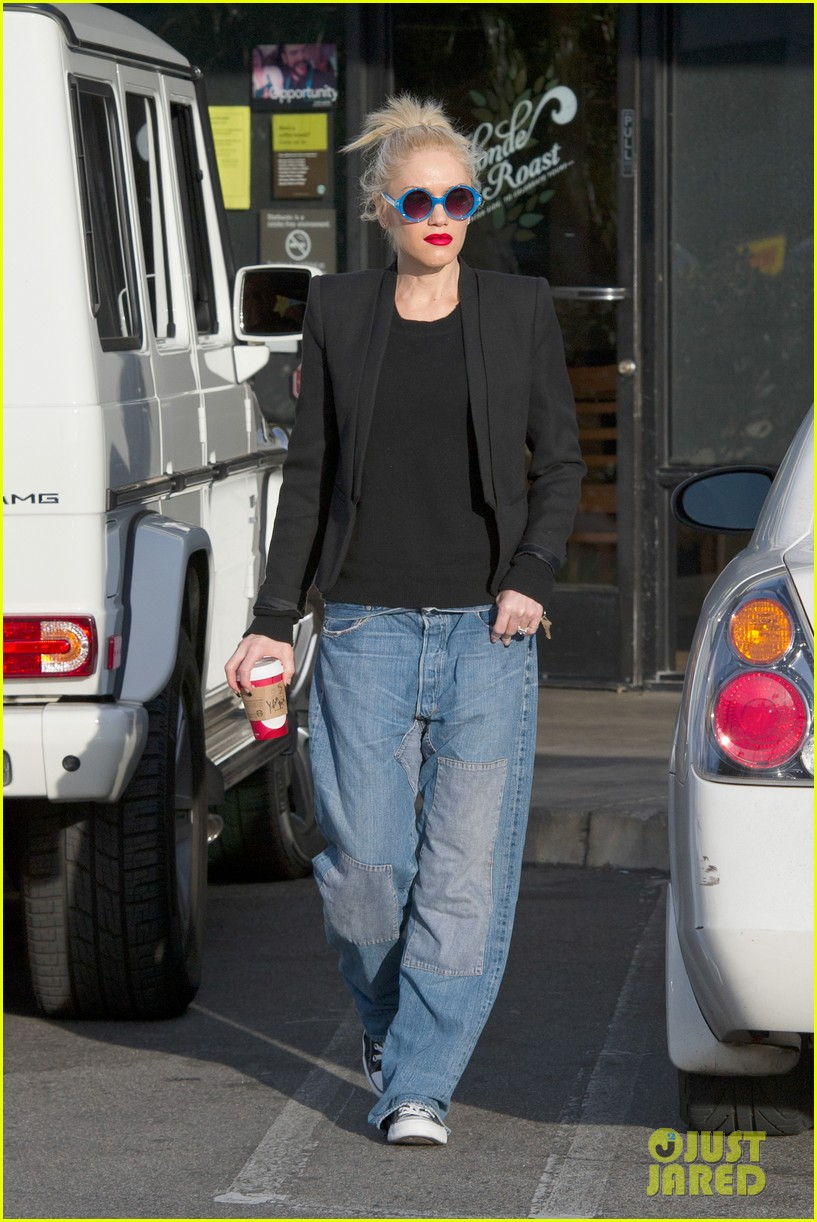 gwen stefani baggy jeans at starbucks 03
