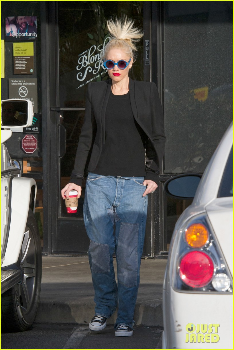 gwen stefani baggy jeans at starbucks 08