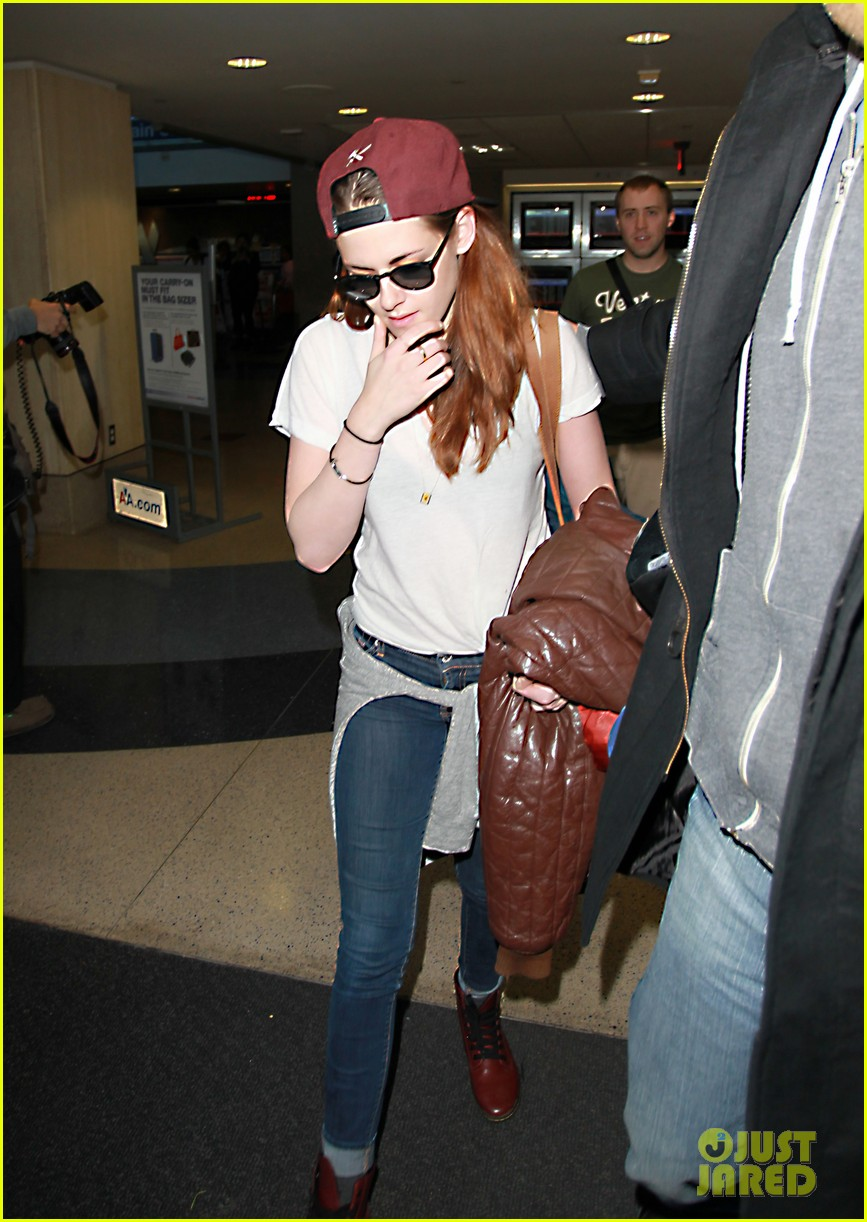 kristen stewart changes clothes for lax landing 02