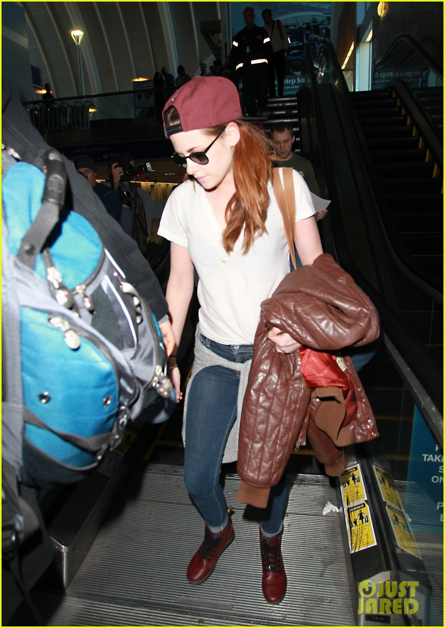 kristen stewart changes clothes for lax landing 15