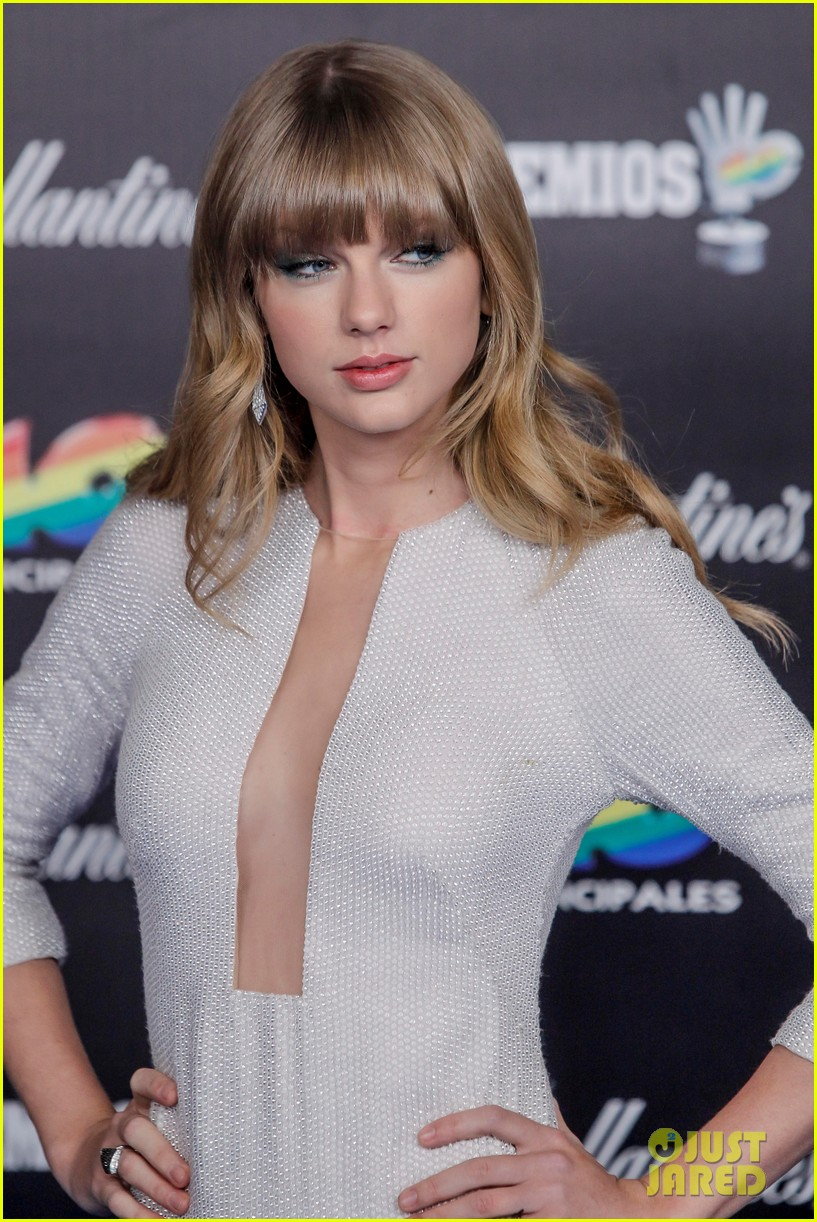 taylor swift plunging neckline 40 principales awards 042798201