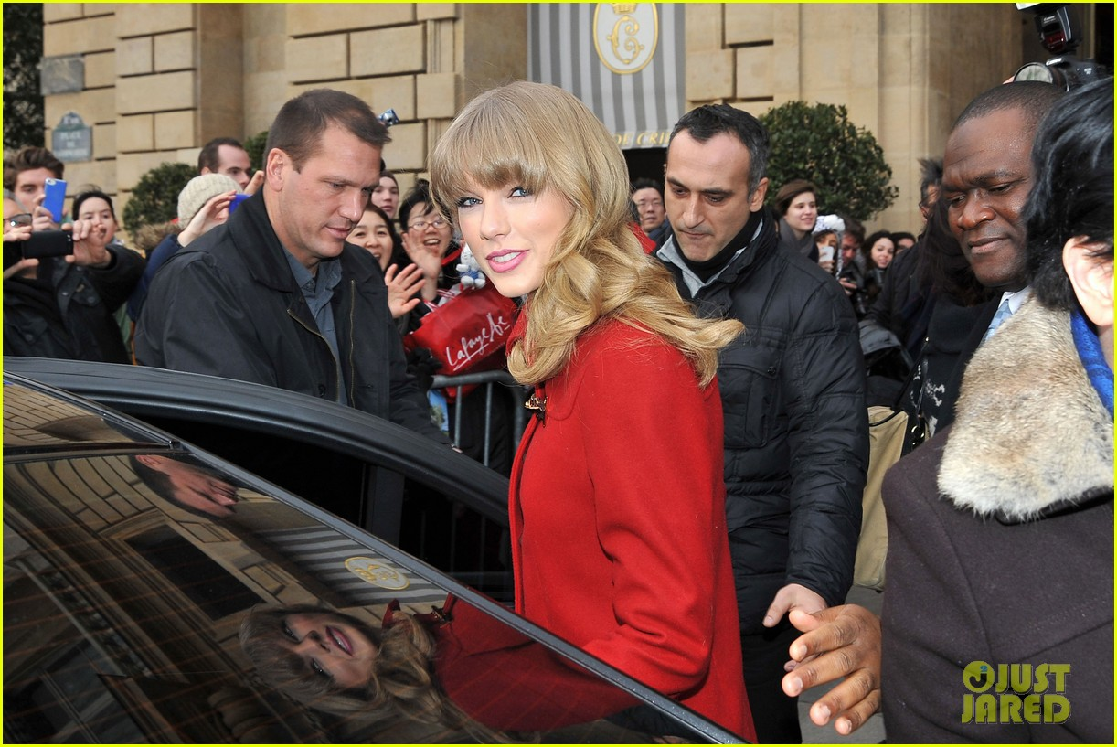 taylor swift hailee steinfeld paris sightseeing pair 102800173