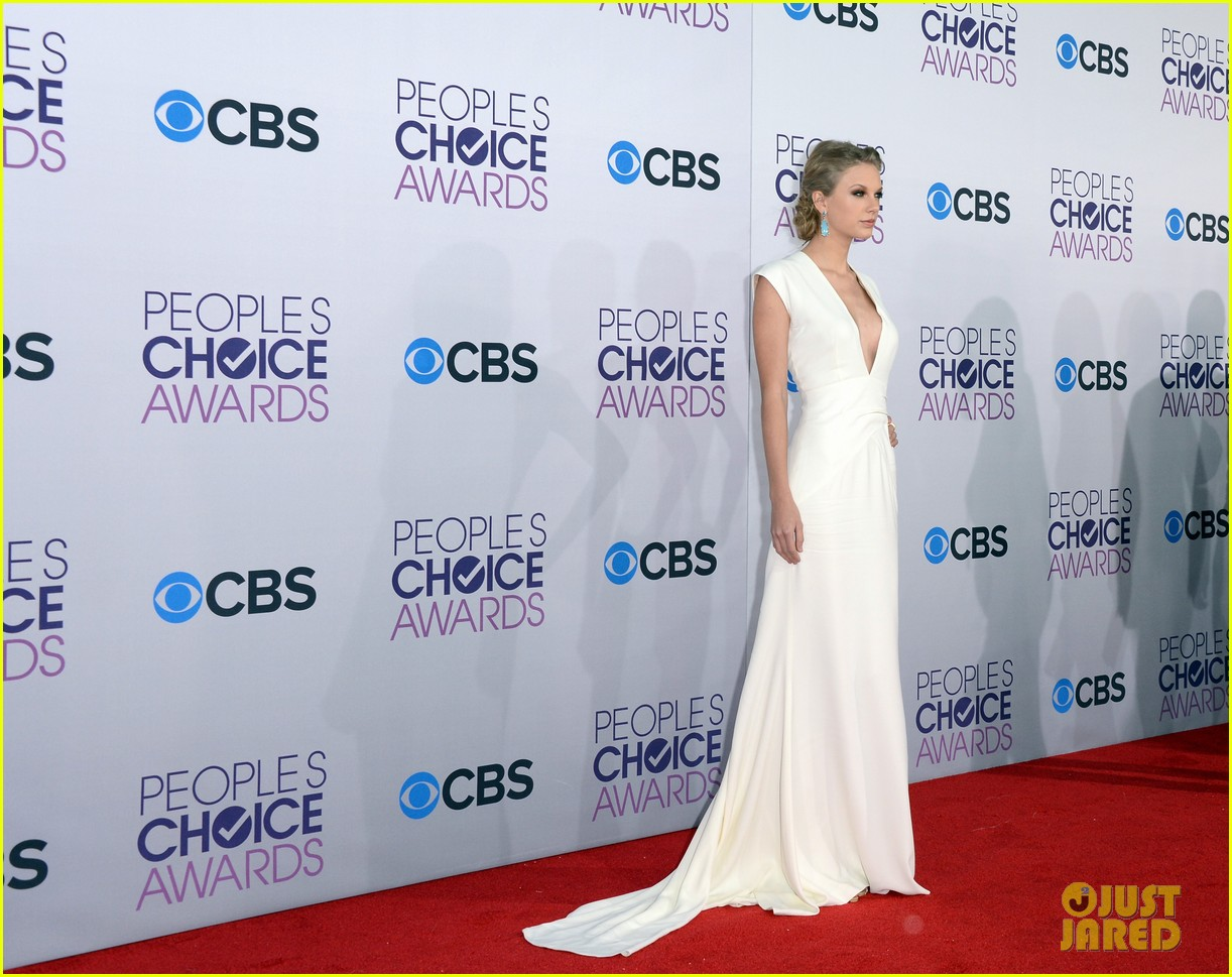 taylor swift peoples choice awards 2013 red carpet 05