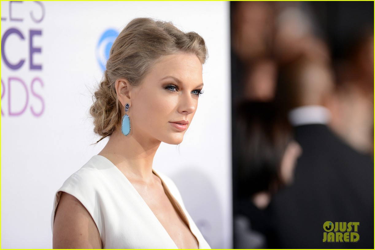 taylor swift peoples choice awards 2013 red carpet 06