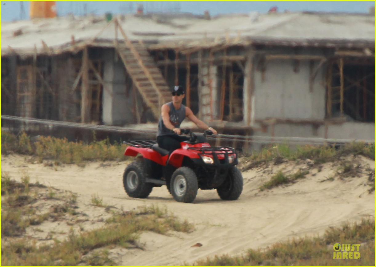 justin theroux new years eve atv riding 03
