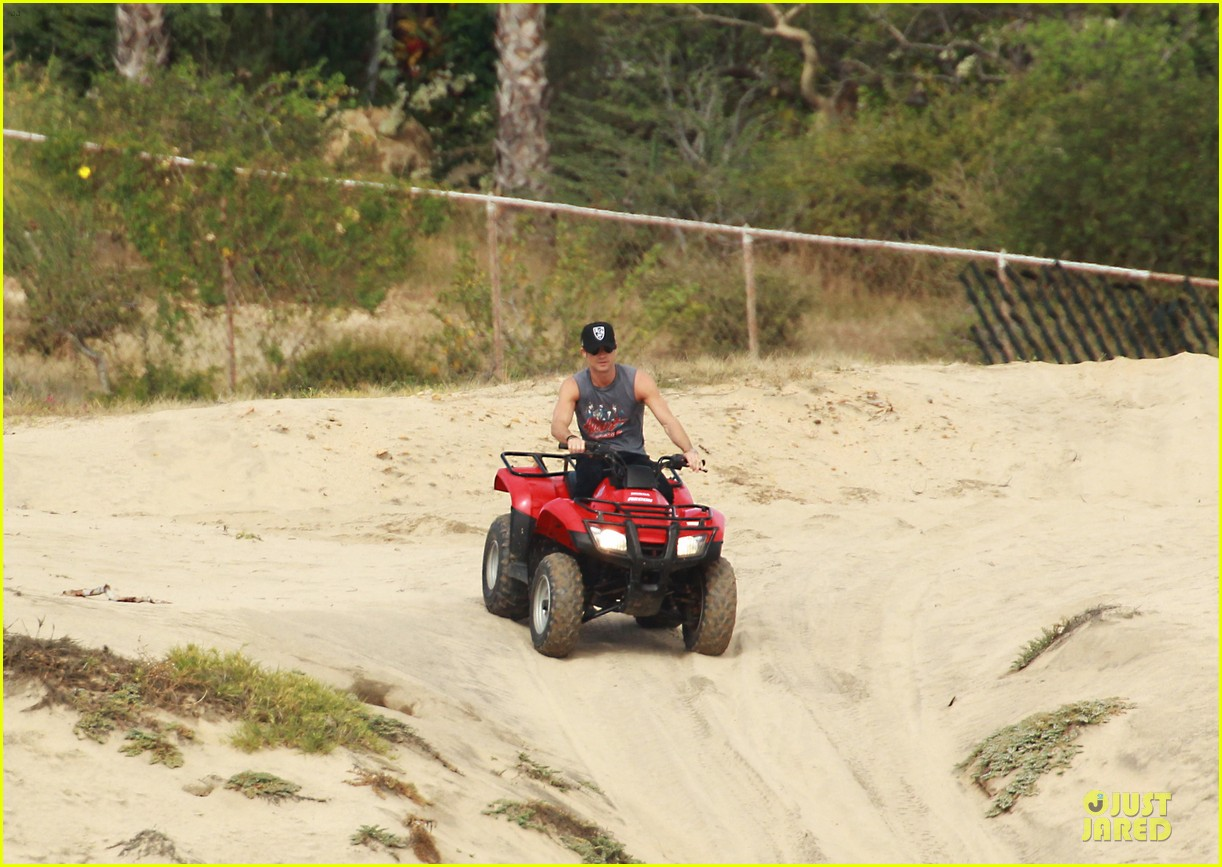 justin theroux new years eve atv riding 092783280