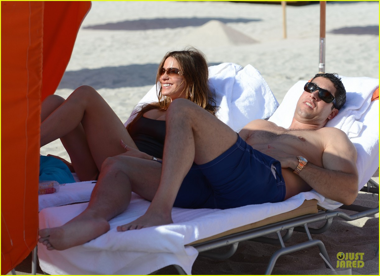 sofia vergara miami beach with shirtless nick loeb 15