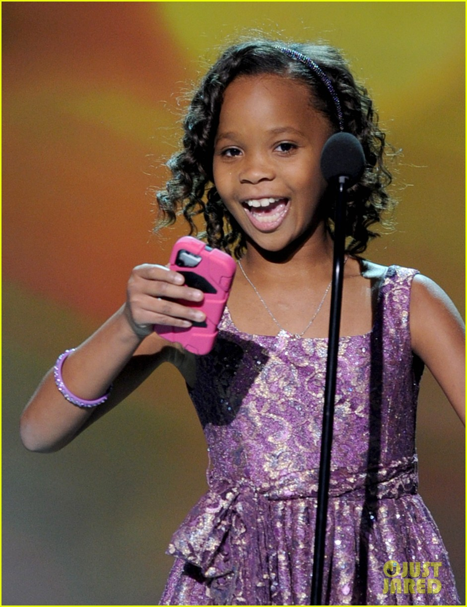 quvenzhane wallis accepts critics choice award with iphone speech 02