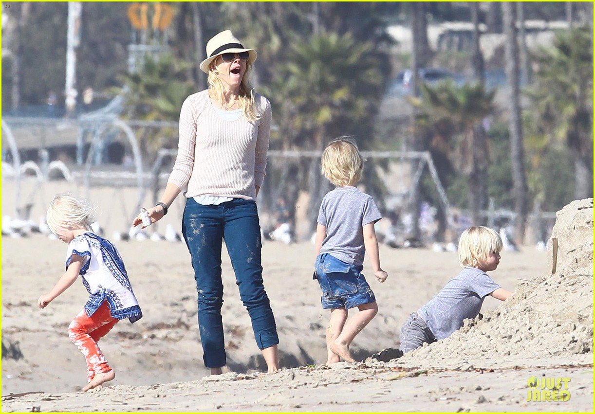 naomi watts beach day with the boys 182799037