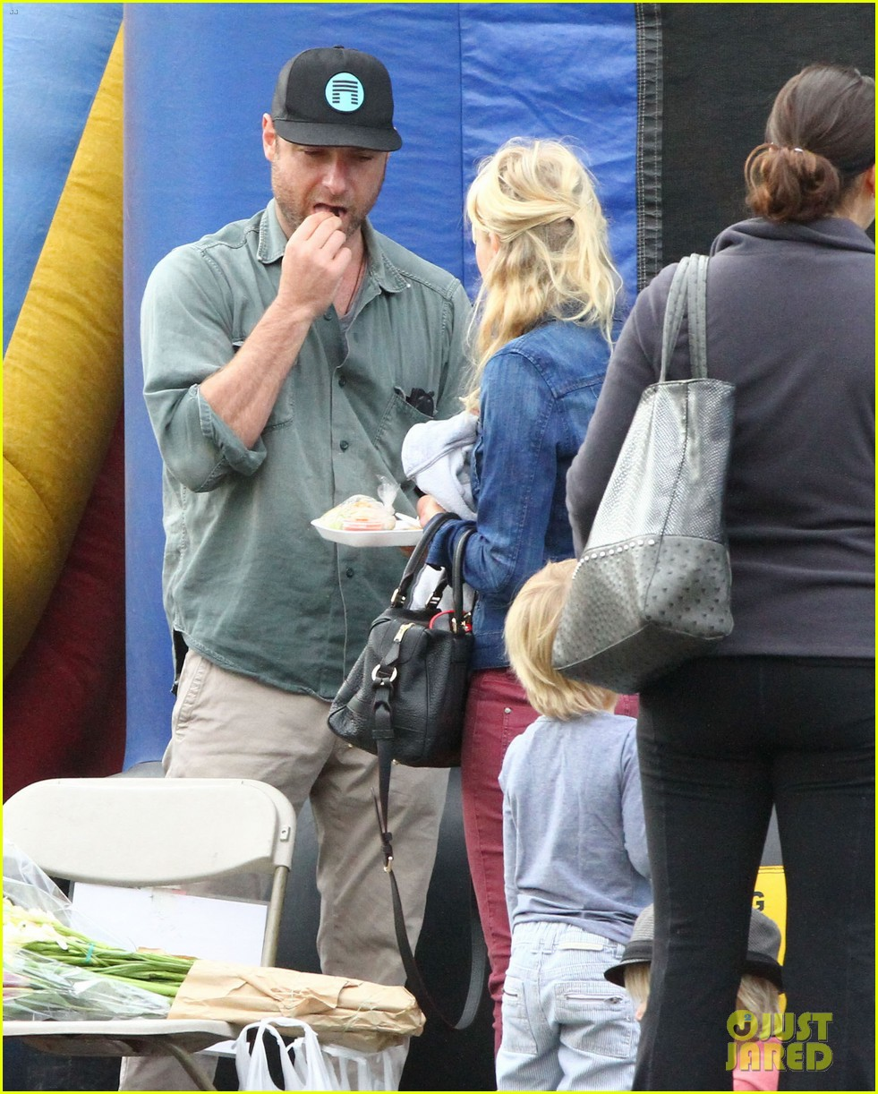 naomi watts liev schreiber farmers market with the kids 012800056