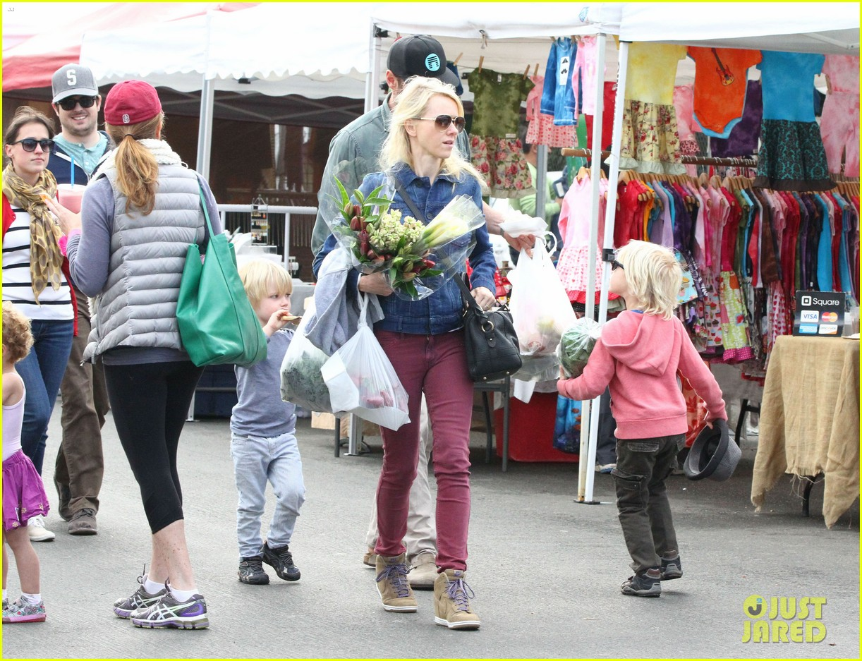 naomi watts liev schreiber farmers market with the kids 03