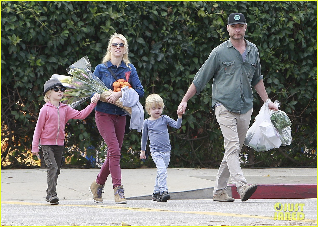 naomi watts liev schreiber farmers market with the kids 082800063