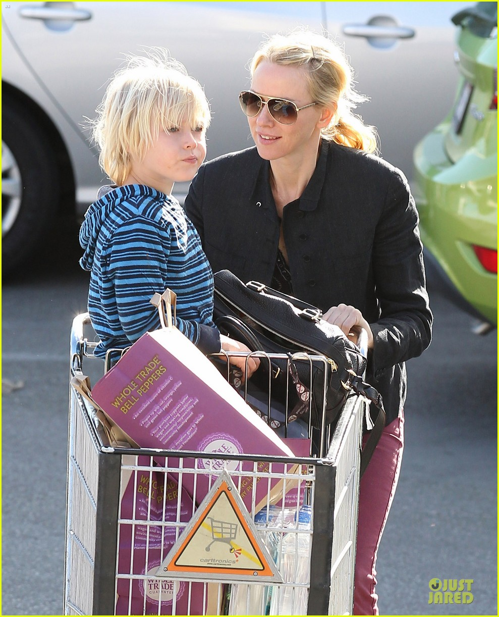 naomi watts grocery shopping with sasha 02