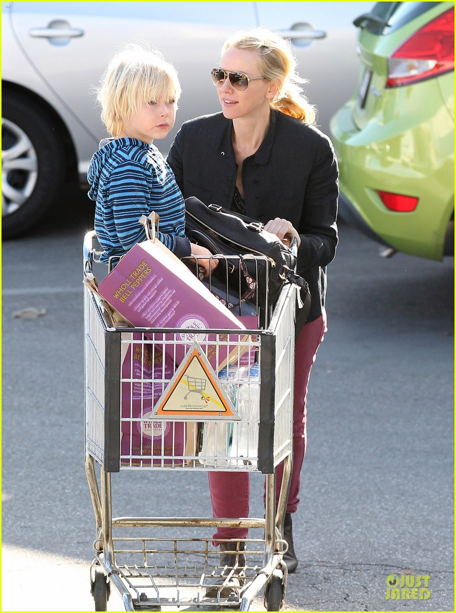 naomi watts grocery shopping with sasha 11