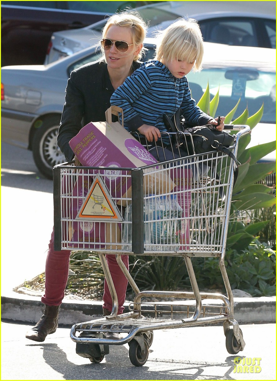 naomi watts grocery shopping with sasha 15