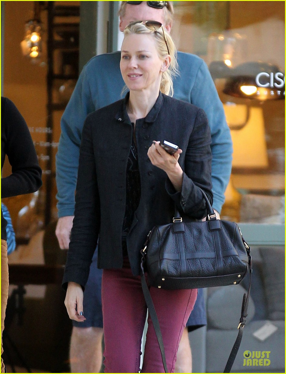 naomi watts grocery shopping with sasha 24