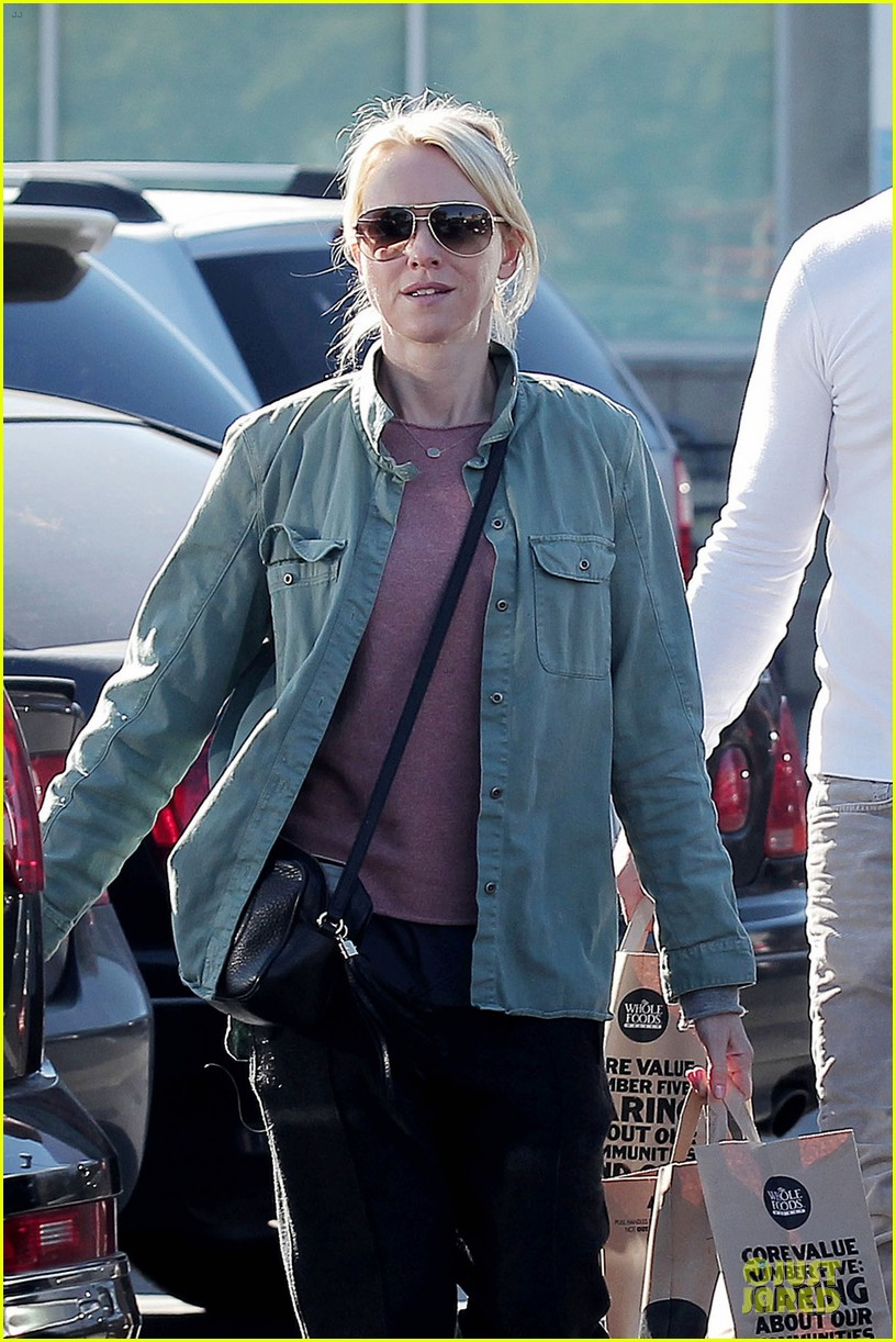 naomi watts liev schreiber post golden globes grocery run 02