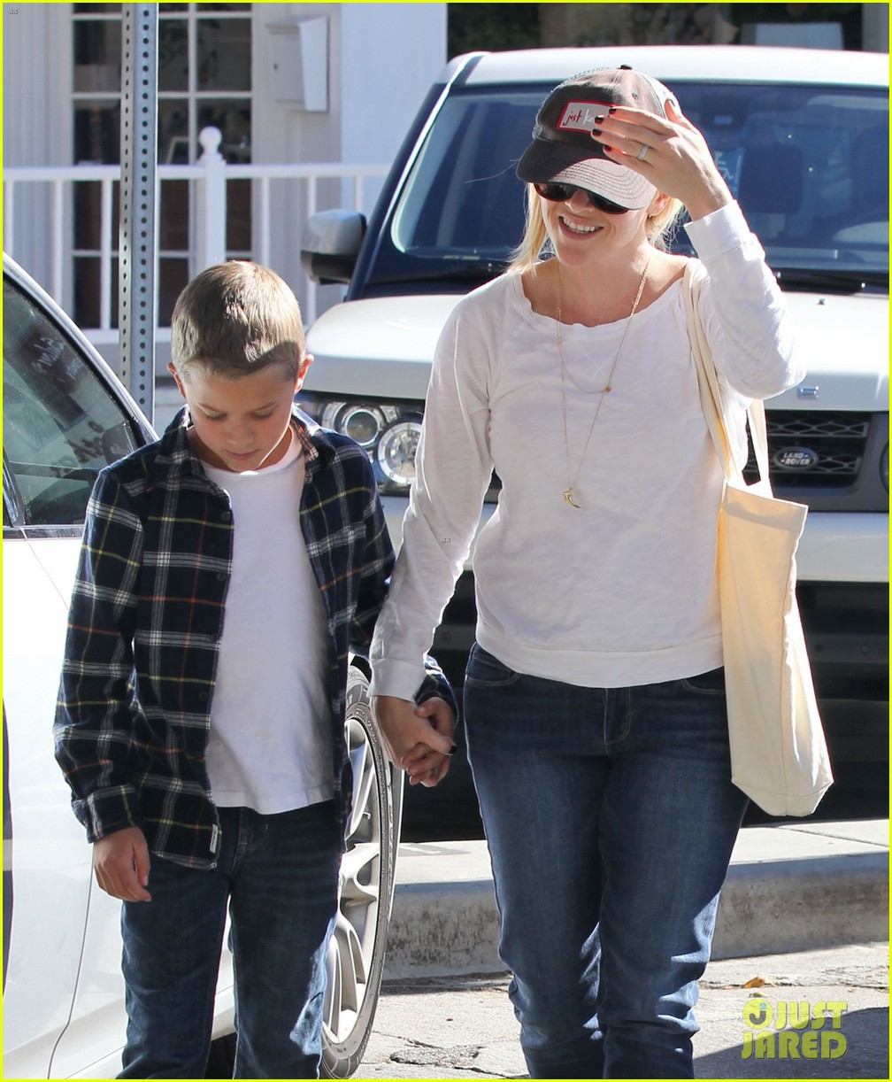 reese witherspoon sunday errands with deacon 04