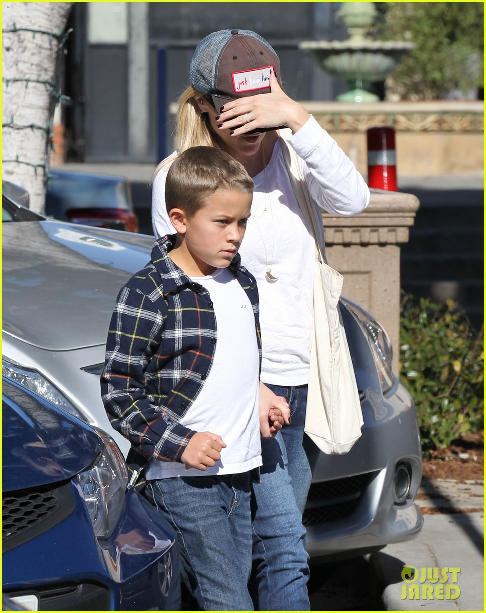 reese witherspoon sunday errands with deacon 16