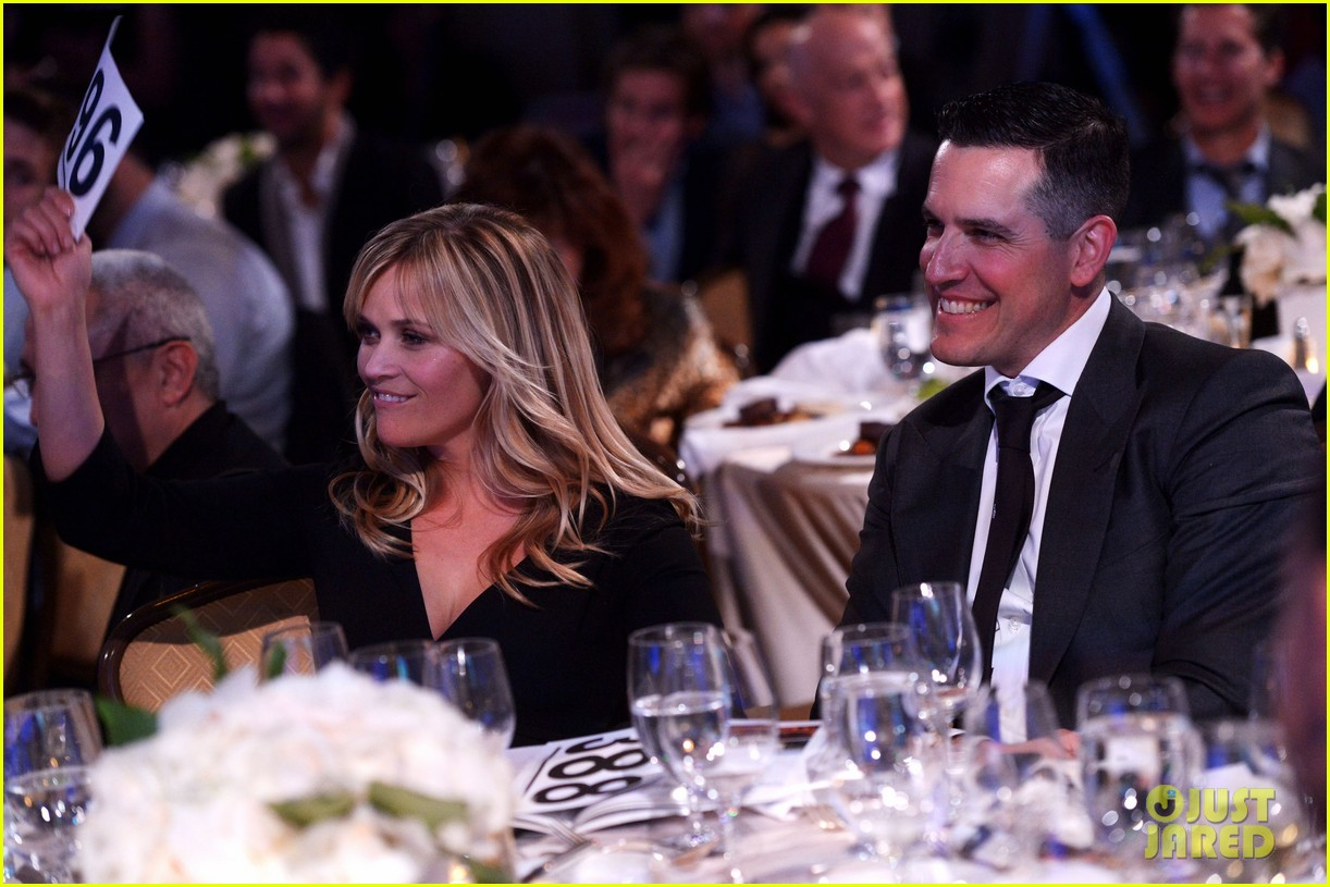 reese witherspoon julia roberts help haiti home gala 05