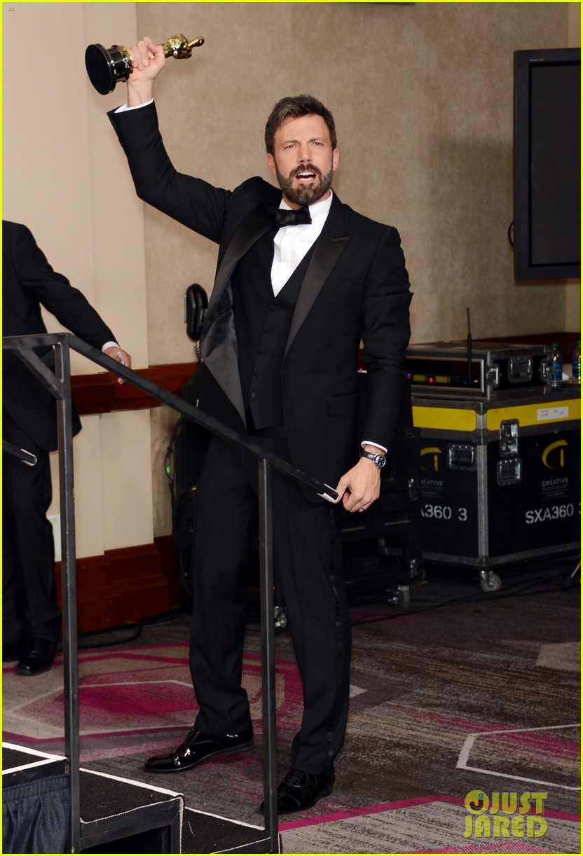 ben affleck george clooney win best picture oscar 2013 012819917
