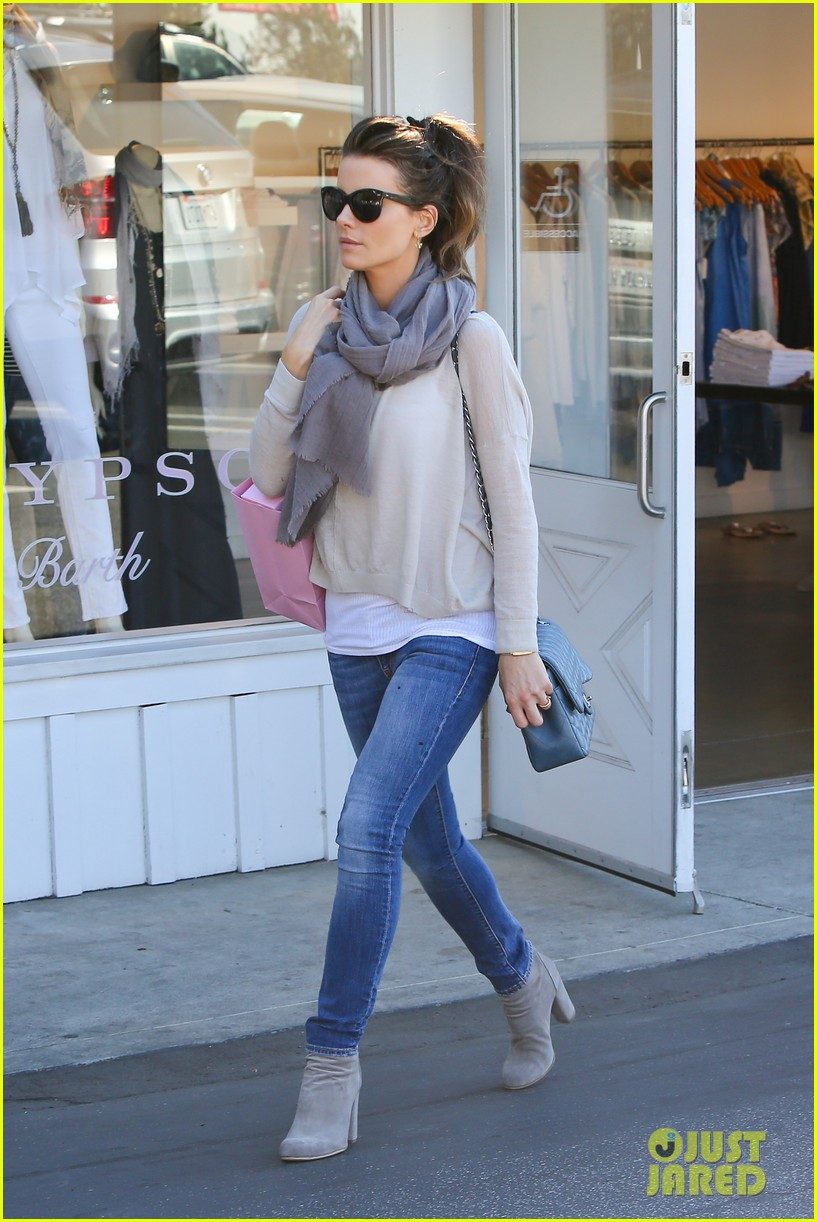 kate beckinsale calypso shopping stop 03
