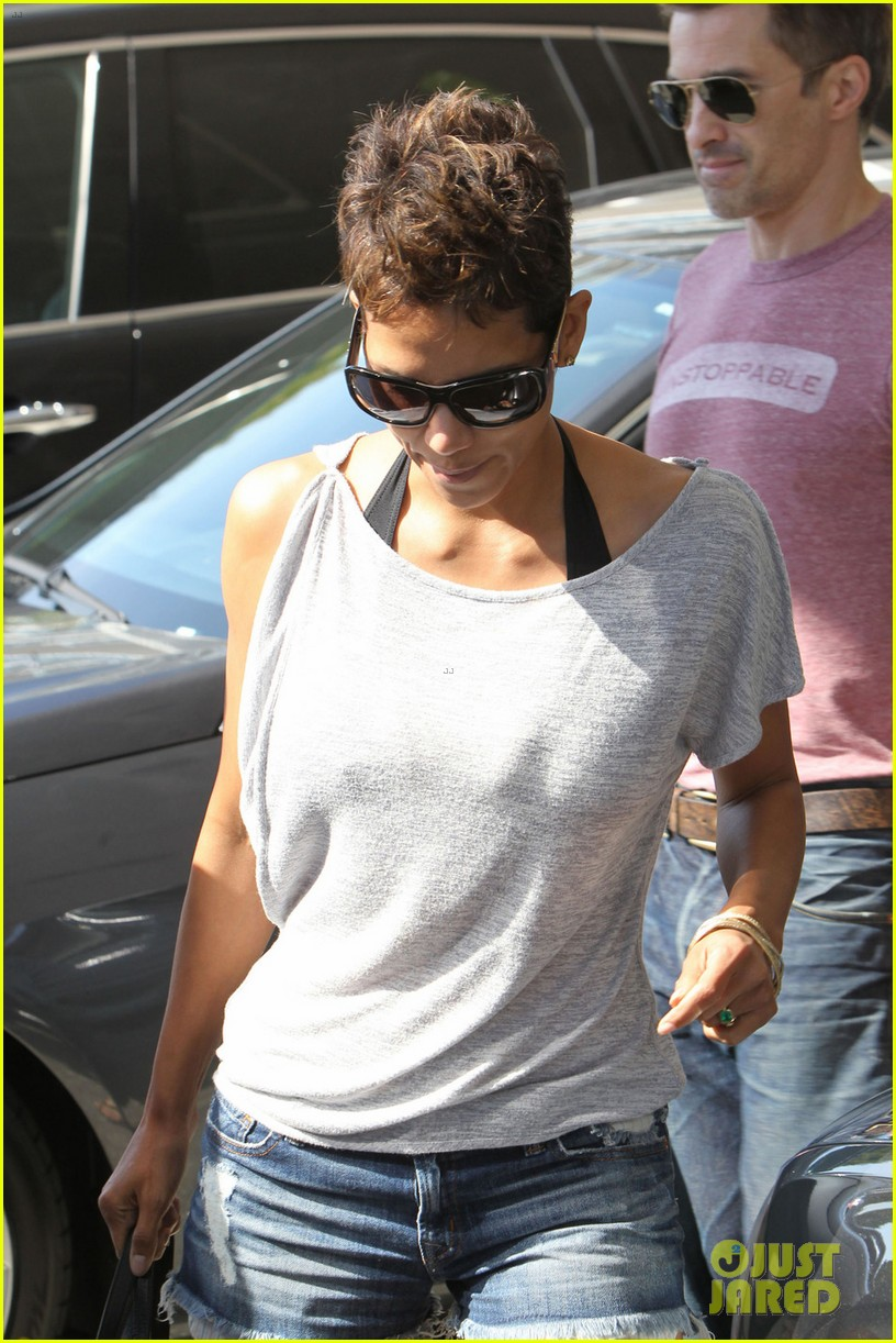 halle berry olivier martinez super bowl sunday outing 04