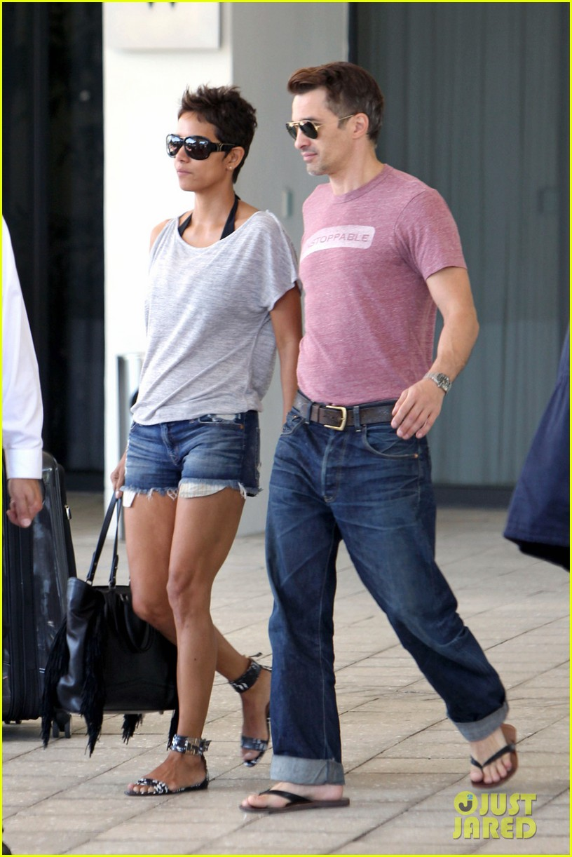 halle berry olivier martinez super bowl sunday outing 072804433