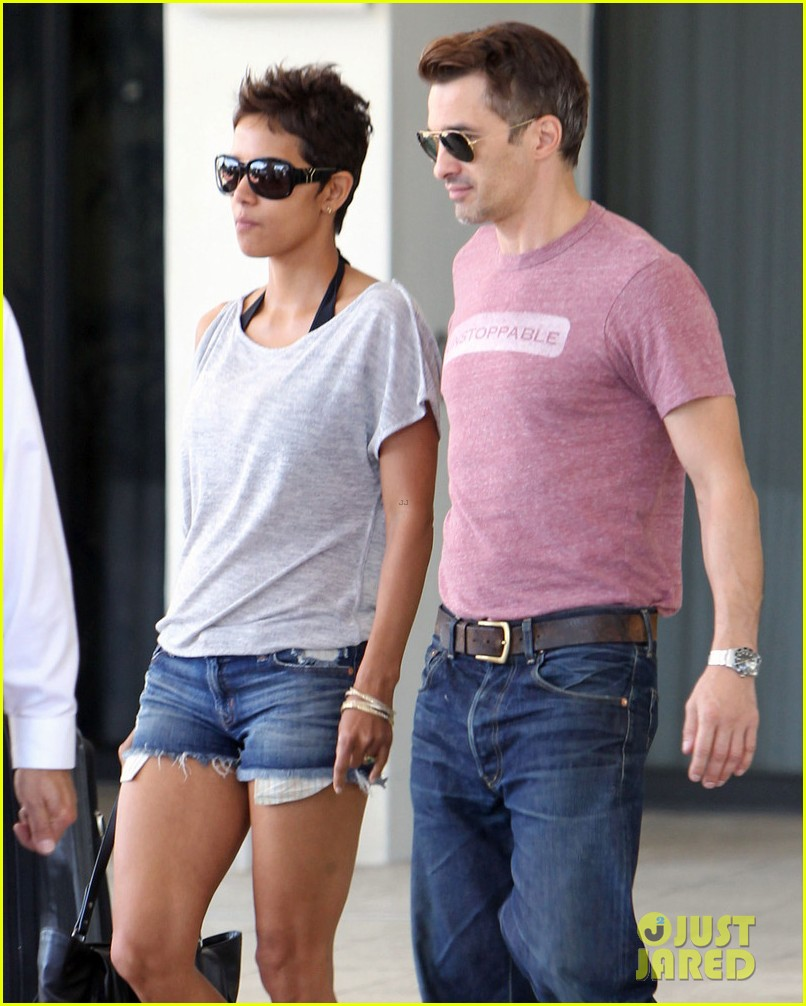 halle berry olivier martinez super bowl sunday outing 10